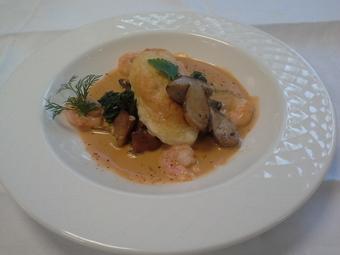 Quenelle de brochet, bisque de homard et cèpes rôtis