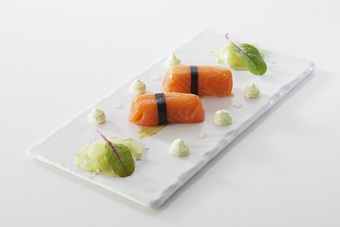 Quenelle Saint-Jean au brochet façon sushi, crème légère au wasabi et concombre acidulé