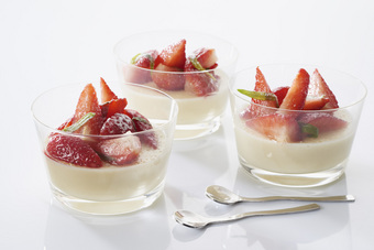 Panna cotta de quenelle et fraises marinées à l'estragon