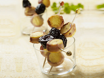 Brochettes de quenelles au lard et aux pruneaux