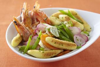 Wok de quenelles et légumes croquants aux crevettes