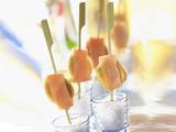 Recette : Brochettes de quenelles entourées de saumon fumé
